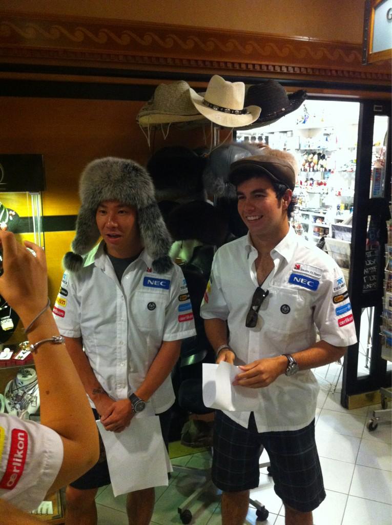 Камуи Кобаяши и Серхио Перес в забавных головных уборах перед Гран-при Венгрии 2012