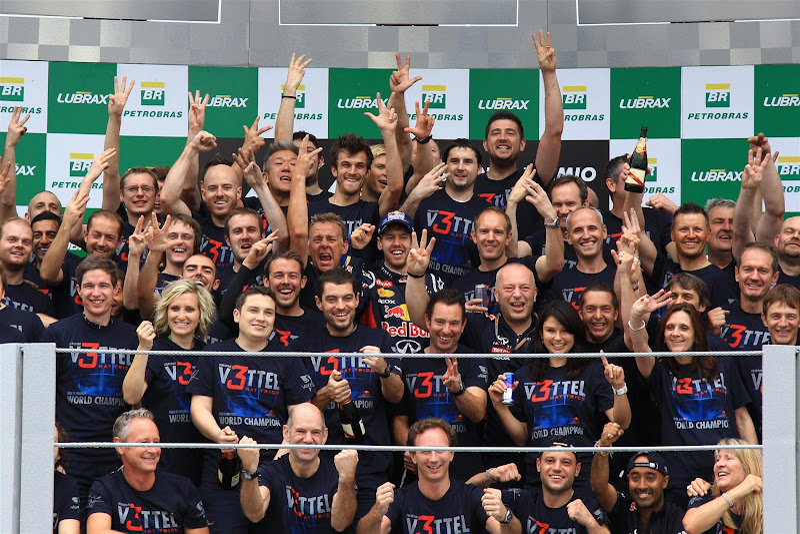 Себастьян Феттель и механики Red Bull на подиуме Интерлагоса радуются победе в чемпионате на Гран-при Бразилии 2012