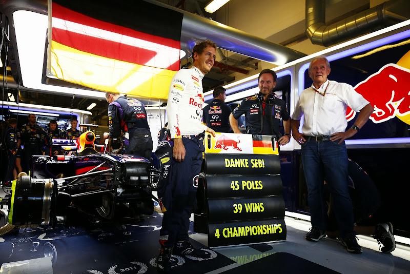 Danke Seb в гараже Red Bull на Гран-при Абу-Даби 2014