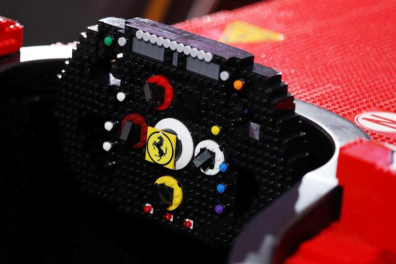 руль болида Ferrari из лего в полную величину на Гран-при Сингапура 2012
