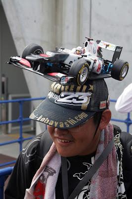 болельщик Камуи Кобаяши и Sauber с болидом на кепке на Гран-при Японии 2012