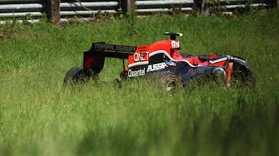 Marussia Virgin Жерома Д'Амброзио в траве вне трассы Монреаля на Гран-при Канады 2011 во время второй сессии свободных заездов