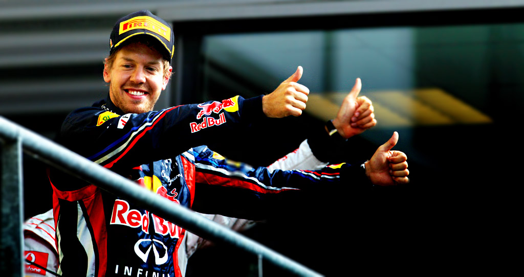 Себастьян Феттель и Дженсон Баттон показывают большой палец на подиуме Гран-при Бельгии 2011