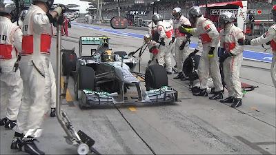Льюис Хэмилтон заезжает на пит-стоп к своей бывшей команде McLaren на Гран-при Малайзии 2013