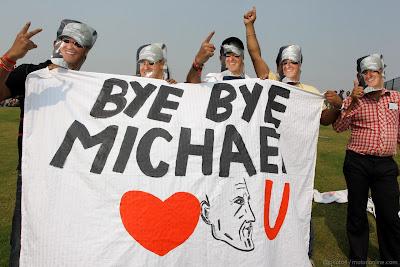 болельщики Михаэля Шумахера с баннером Bye Bye Michael на Гран-при Индии 2012