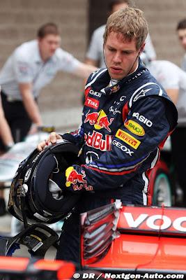 Себастьян Феттель обходит болид McLaren после квалификации на Гран-при Кореи 2011