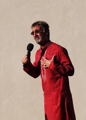 Эдди Джордан в красной рубашке с автографами на Гран-при Абу-Даби 2011