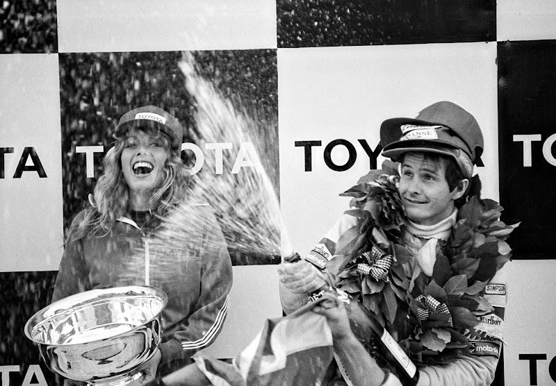 Жиль Вильнев празднует победу на подиуме Гран-при США 1979 в Уоткинс-Глене