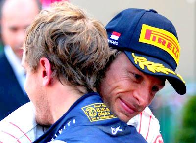 Себастьян Феттель и Дженсон Баттон обнимаются на церемонии награждения на Гран-при Монако 2011