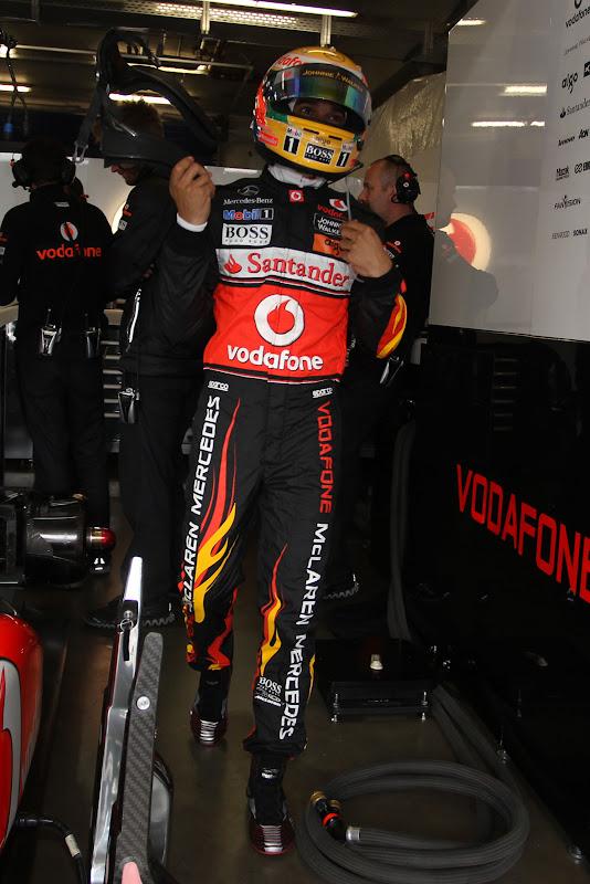 Льюис Хэмилтон во время квалификации в специально подготовленном для Гран-при Германии 2011 комбинезоне от Hugo Boss