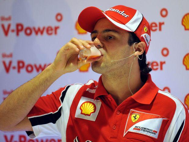 Фелипе Масса выпивает коктейль Shell на Гран-при Бразилии 2011