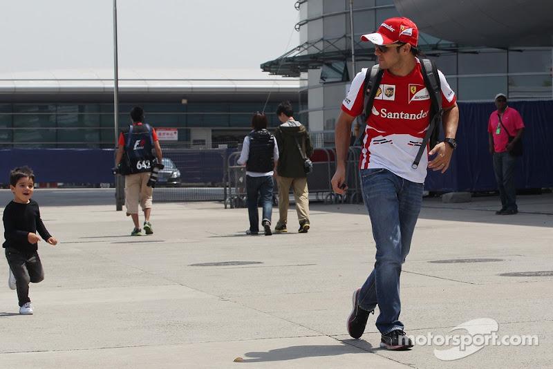 Фелипиньо и Фелипе Масса бегают по паддоку Шанхая на Гран-при Китая 2013