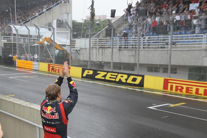 Себастьян Феттель благодарит болельщиков на трибунах Интерлагоса на Гран-при Бразилии 2012