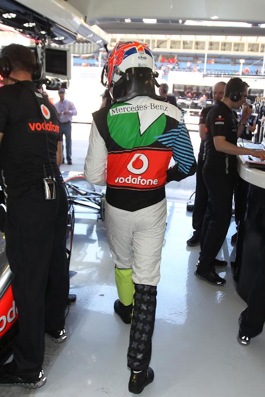 Дженсон Баттон в гараже McLaren во время квалификации в специально подготовленном для Гран-при Европы 2011 комбинезоне от Hugo Boss