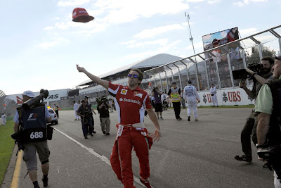 Фернандо Алонсо кидает кепку на Гран-при Австралии 2012