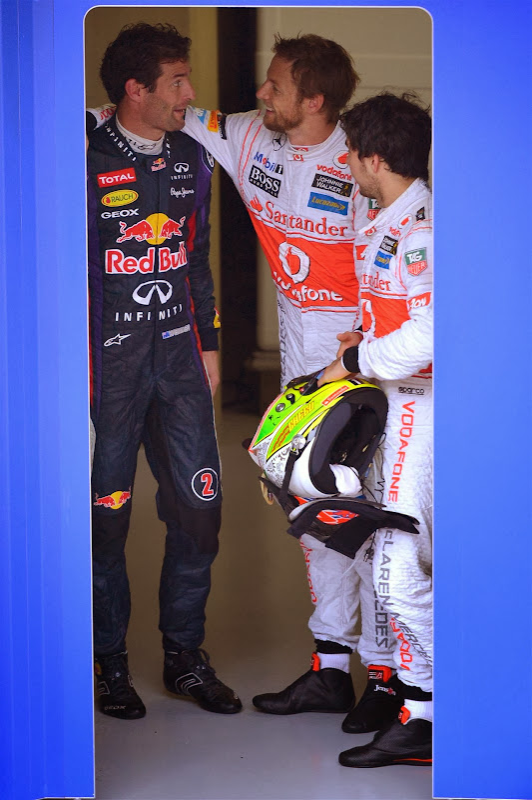 Марк Уэббер в объятиях Дженсона Баттона и Серхио Перес на Гран-при Бразилии 2013