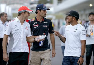 Дженсон Баттон, Марк Уэббер и Льюис Хэмилтон идут по паддоку Сузуки на Гран-при Японии 2013