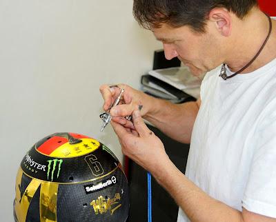 изготовление шлема Нико Росберга в честь победы Германии в чемпионате мира по футболу для Гран-при Германии 2014