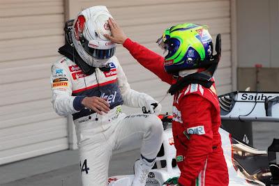 Фелипе Масса хлопает Камуи Кобаяши по шлему на Гран-при Японии 2012