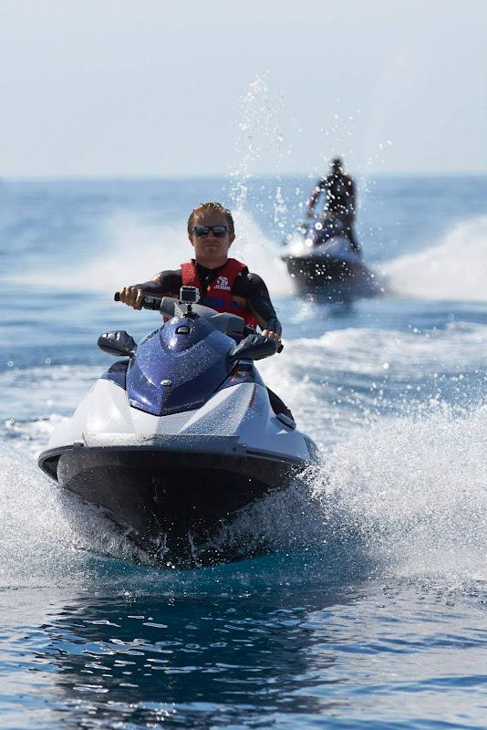 Нико Росберг впереди Льюиса Хэмилтона катается на водном скутере на Гран-при Монако 2013