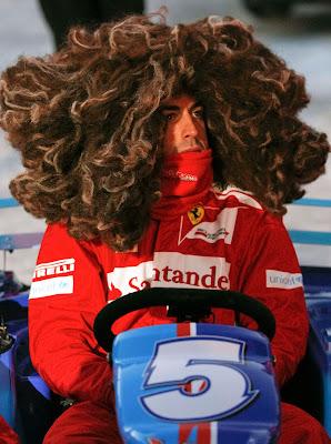 Фернандо Алонсо в объемном парике за рулем карта на Wrooom 2012