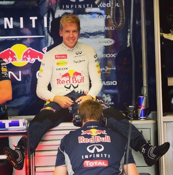 Себастьян Феттель и механик Red Bull между ног на Гран-при Бельгии 2013