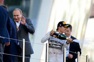 Владимир Путин убегает от шампанского с подиума Гран-при России 2014