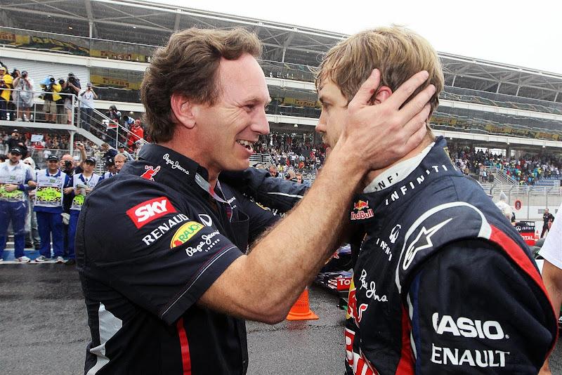 Кристиан Хорнер поздравляет Себастьяна Феттеля с титулом после финиша Гран-при Бразилии 2012