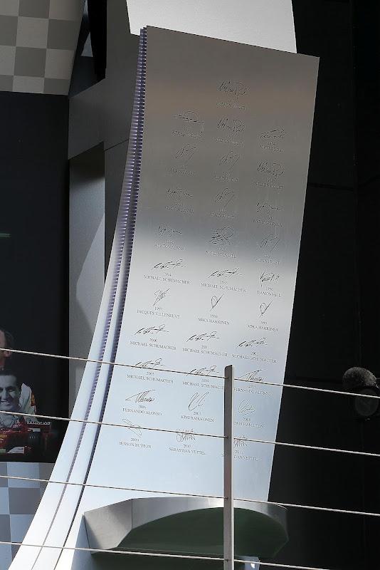 подиум Сильверстоуна с автографами победителей гонки для Гран-при Великобритании 2012