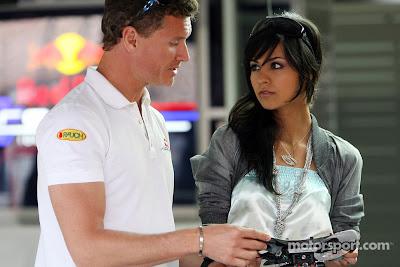Дэвид Култхард показывает руль Формулы-1 девушке на Гран-при Германии 2008
