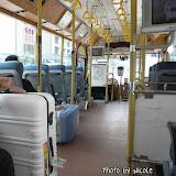 事先沒有查明怎麼由機場去飯店,亂闖碰到了飛狗巴士的銷售櫃位,就跳了上車,NT$125 一位,中途另有公車模樣的巴士轉送我們到飯店。