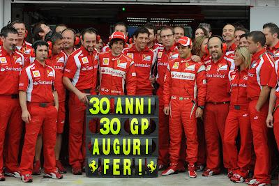 Фернандо Алонсо в окружении Ferrari у боксов в честь 30-летия гонщика на Гран-при Венгрии 2011