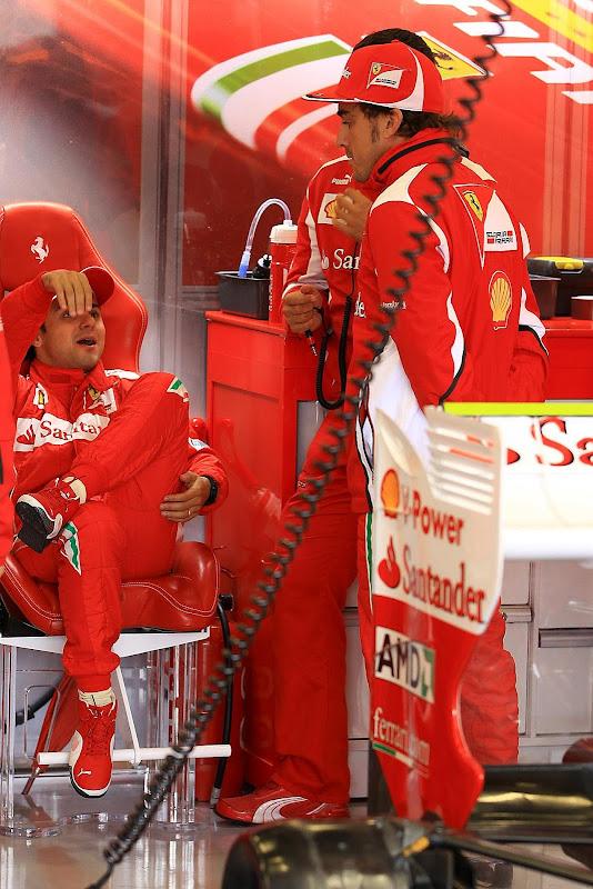 Фелипе Масса и Фернандо Алонсо болтают в боксах Ferrari на Гран-при Великобритании 2012