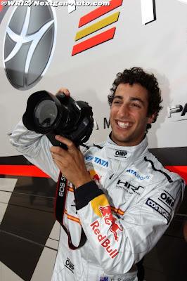 Даниэль Риккардо с фотоаппаратом на Гран-при Великобритании 2011