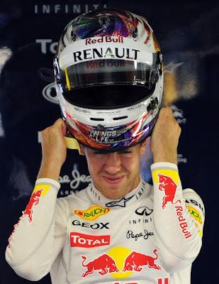 Себастьян Феттель пытается одеть шлем на Гран-при Сингапура 2011