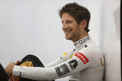 развеселевший Ромэн Грожан в гараже Lotus на Гран-при Кореи 2013
