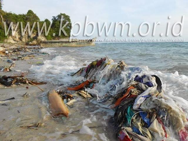 sampah pantai palippis polman