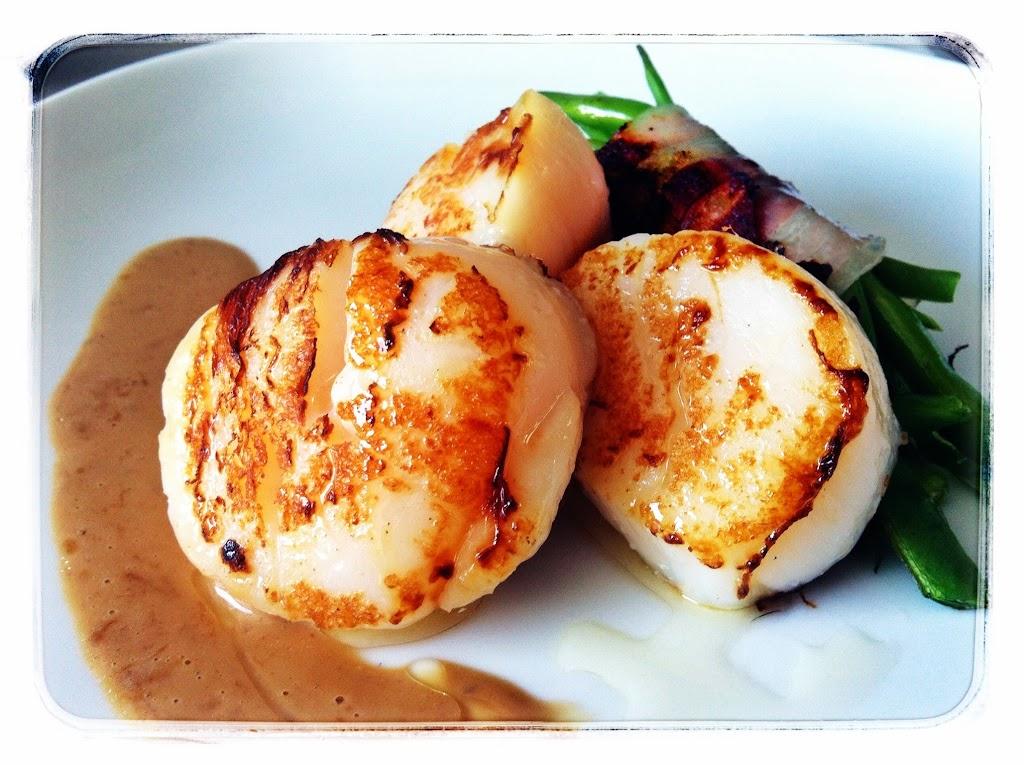Vieiras con atadillo de panceta, y salsa de ternera Mejor en Casa, restaurante a domicilio, chef personal, chef a domicilio