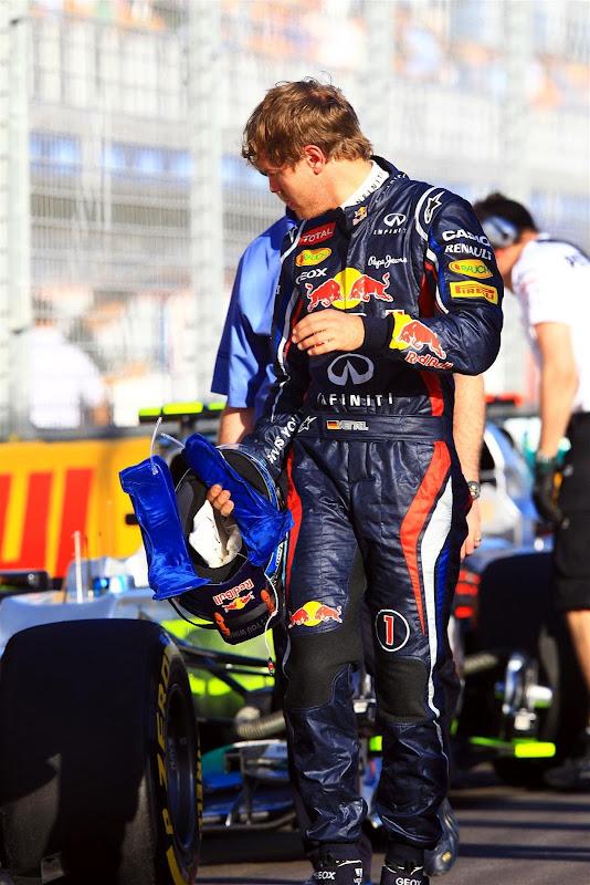 Себастьян Феттель разглядывает болиды после квалификации на Гран-при Австралии 2012