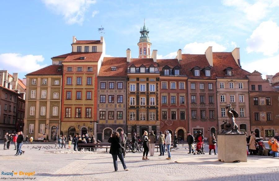warszawska syrenka na tle starego rynku