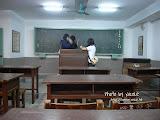 旁邊有一個課室,男女老幼都進來拍照,很好玩。