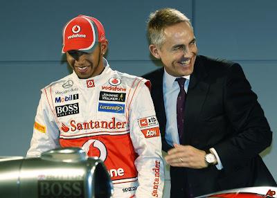 Мартин Уитмарш смеется за спиной Льюиса Хэмилтона на презентации McLaren MP4-27 - 1 февраля 2012