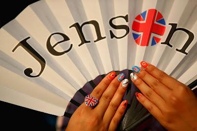 болельщица Дженсона Баттона с артом на ногтях и веером на Гран-при Японии 2013