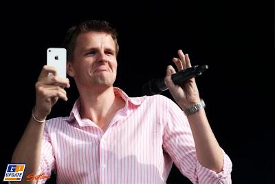 Джек Хамфри с телефоном и микрофоном на фестивале после Гран-при Великобритании 2011 в Сильверстоуне