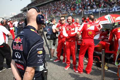 Эдриан Ньюи наблюдает за Ferrari на стартовой решетке Шанхая на Гран-при Китая 2013