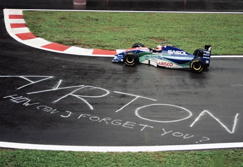 Рубенс Баррикелло на Jordan проезжает мимо надписи на асфальте на Гран-при Бельгии 1994