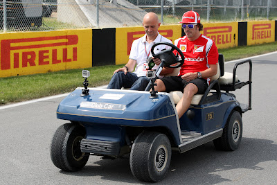Фернандо Алонсо едет на машинке и дает интервью на трассе Монреаля на Гран-при Канады 2011