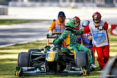 Хейкки Ковалайнена и его Lotus толкают маршалы на Гран-при Италии 2011
