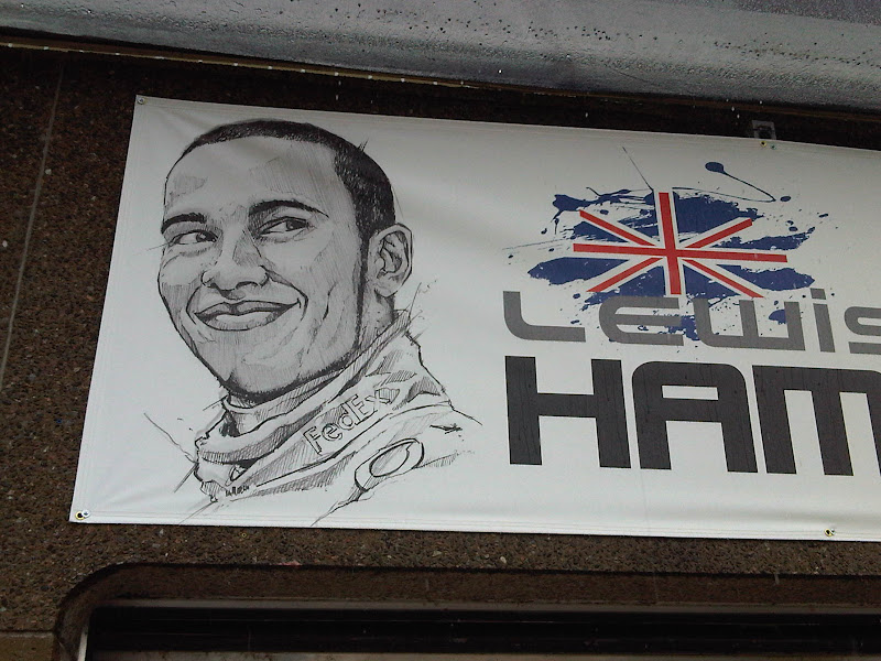 табличка над боксами Льюиса Хэмилтона на Гран-при Канады 2011