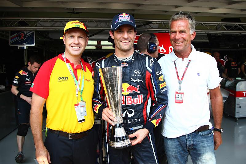 Марк Уэббер получает награду на Гран-при Бразилии 2011 от DHL за самое большое количество быстрейших кругов в сезоне 2011